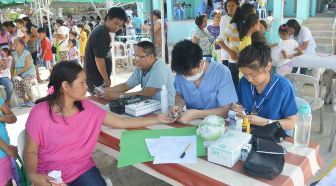 フィリピンの地域住民を対象に健康診断を行う公衆衛生インターンたち